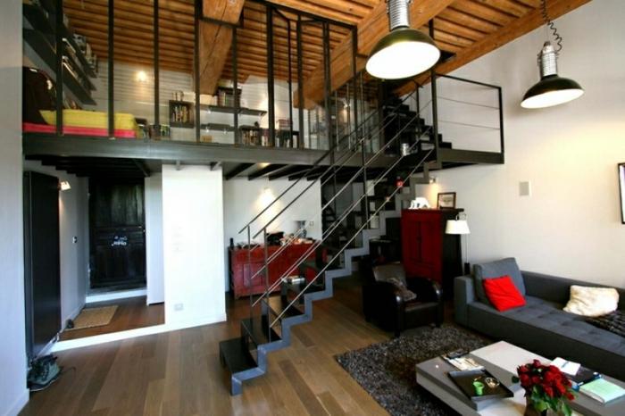 mezzanine chambre, plafond en bois, lampes industrielles, escalier métallique