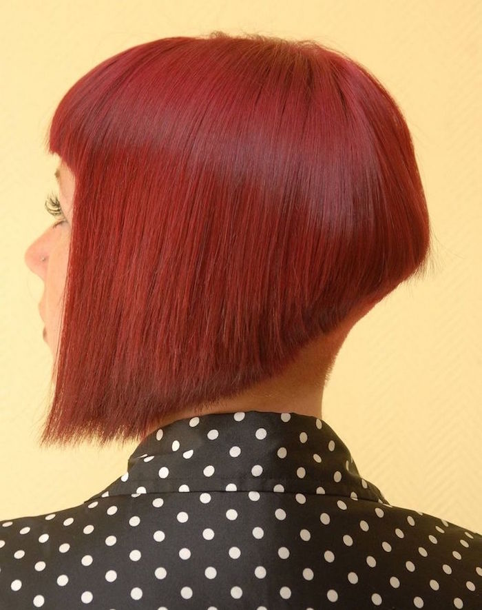 carré plongeant nuque rasee rouge coiffure tendance retro