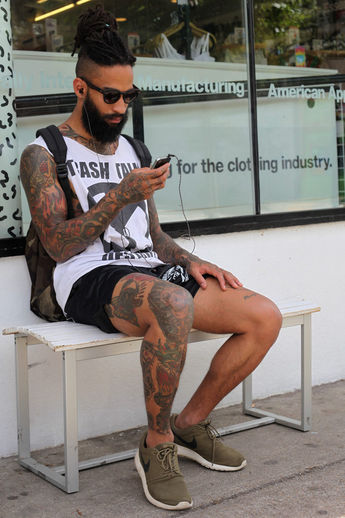 épaisse barbe black hipster dreads coupe chignon homme undercut tatouage jambe hipster