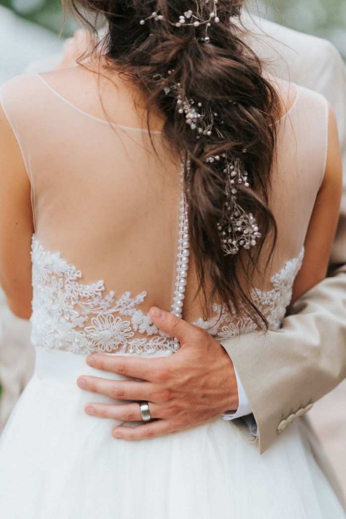 Tenue de mariée coiffure mariage cheveux lachés bouclés beauté romantique coiffure mariage tresse accessoirisée