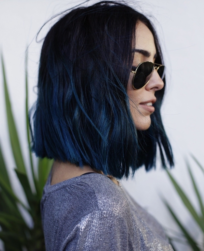 coiffure femme, coupe de cheveux mi-longs pour femme, couleur de cheveux violet foncé avec pointes bleu foncé