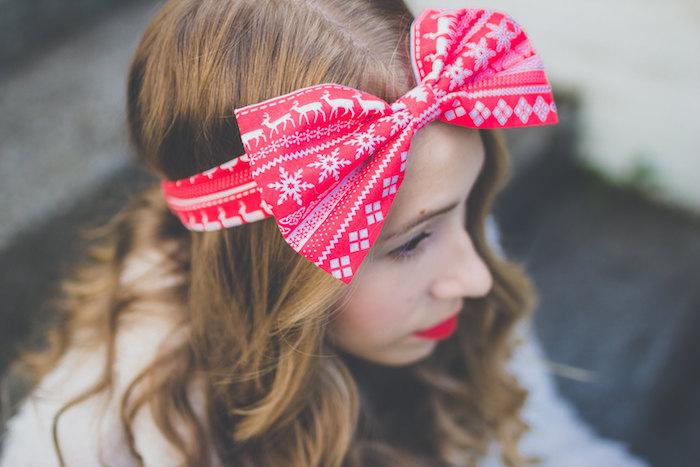 modele de coiffure de noel simple, cheveux bouclées et bandeau de tête en rouge et blanc avec noeud à motifs de noel