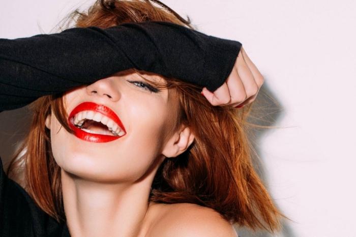 coupe de cheveux mi long, couleur de cheveux châtain cuivré, maquillage des yeux bleus avec rouge à lèvres rouge