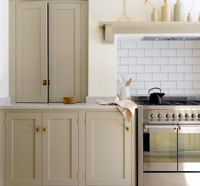 couleur taupe clair sur une façade cuisine campagne choc, crédence en carrelage blanc, four inox, étagère blanche