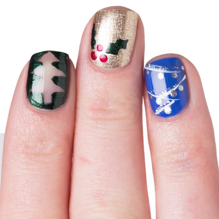 modele nail art facile avec vernis à ongles en paillettes dorées, bleu et vert, motif guirlande argent et blanc, arbre de noel transparent et houx de noel