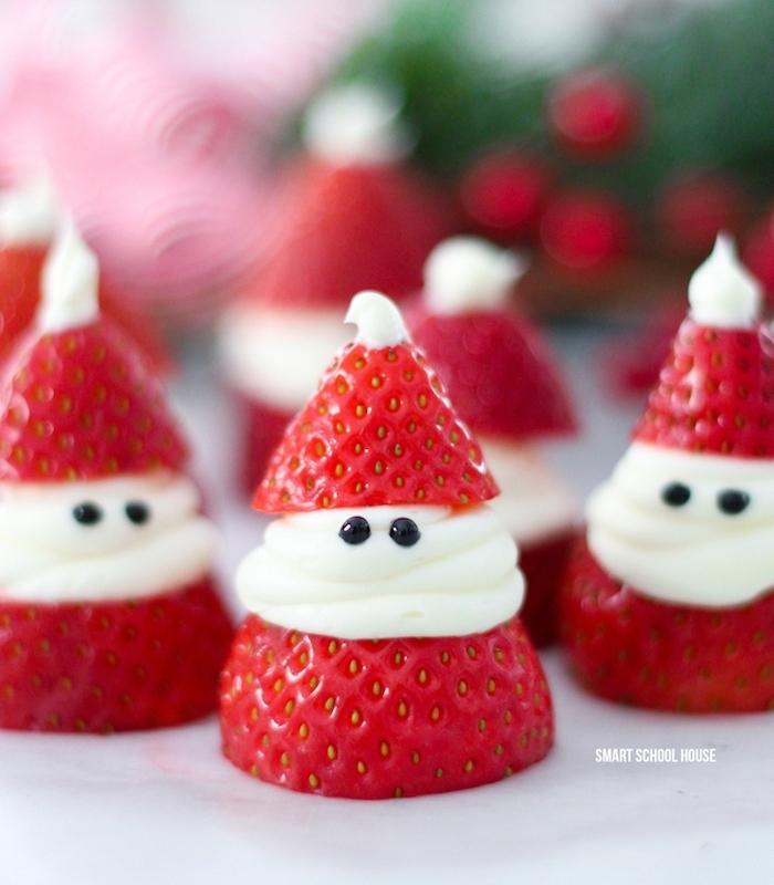 dessert leger noel avec fraises et creme fraiches et des yeux en chocolat noir, recette facile à faire, activite manuelle noel enfant