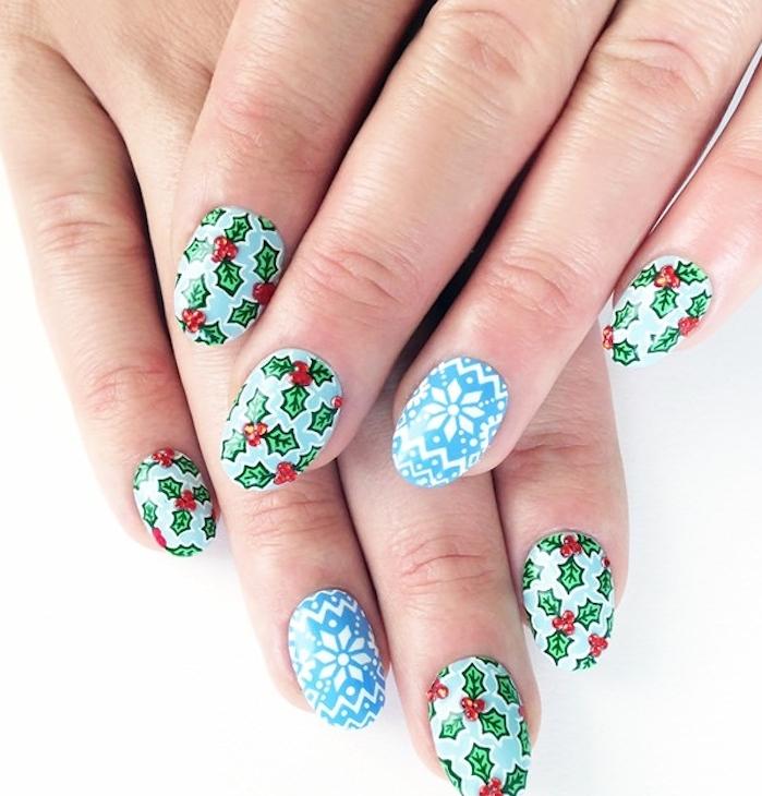 nail art facile de noel, venris à ongles bleu et stickers flacon de neige et houx de noel, manucure simple