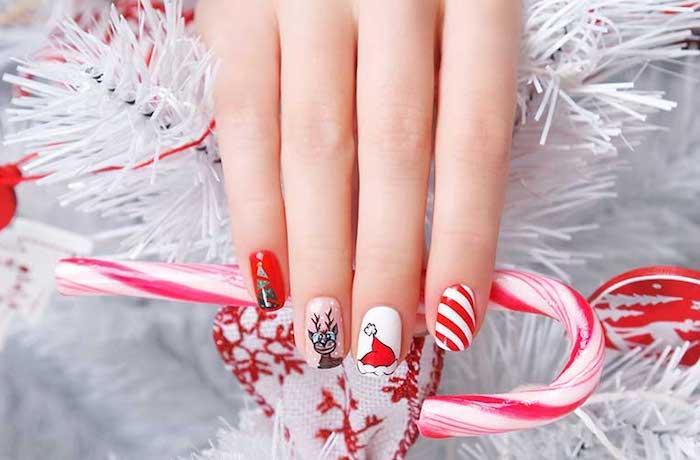 modele nail art de noel, en rouge, blanc, marron et vert, sticker rudoplhe le renne, motif chapeau de père noel, arbre de noel et canne de bonbon
