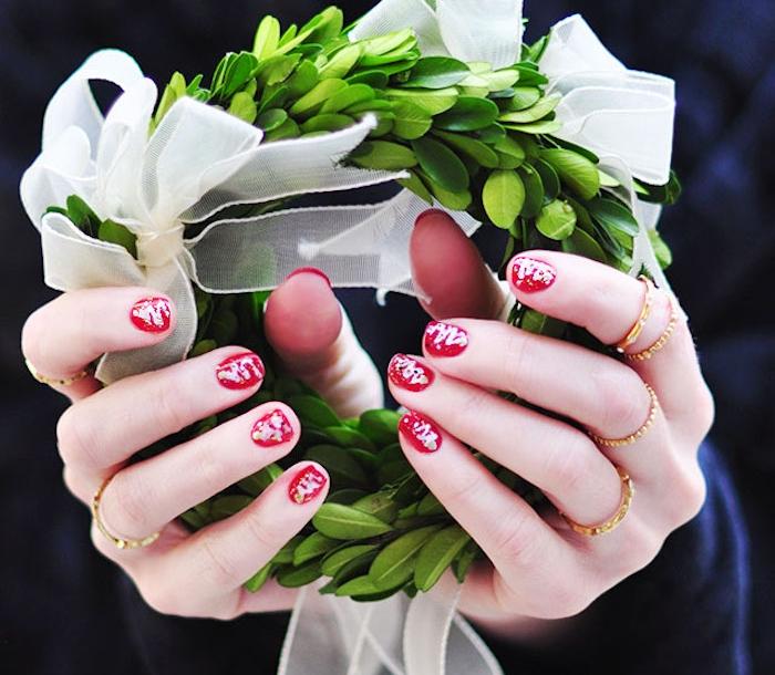 modele de nail art noel facile, vernis à ongles couleur rouge et motifs abstraits e blanc, couronne de noel verte avec ruban blanc