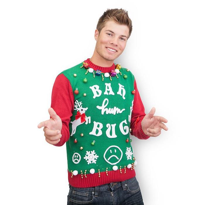 pull de noel adolescent en rouge, vert et blanc avec décoration de boules de noel et petit cadeaux, cadeau de noel ado garcon