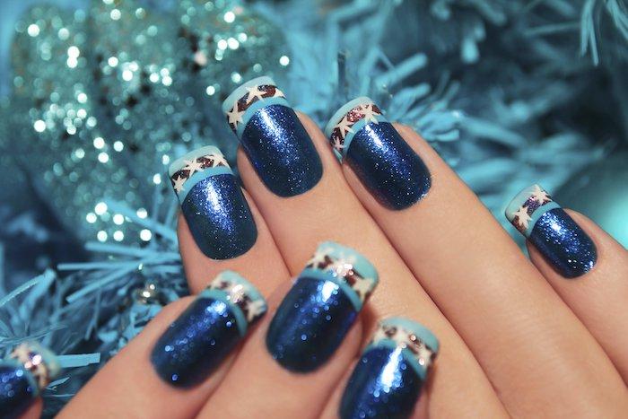exemple de modele nail art à vernis à ongles en paillettes bleues, bout bleu clair, ligne noire et étoiles blanches