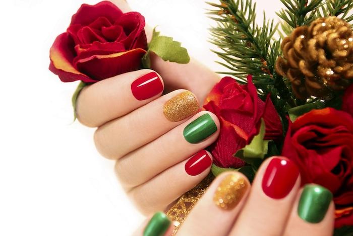exemple de modele nail art, ongles à vernis rouge, doré et vert, composition decorative de branches et pommes de pin