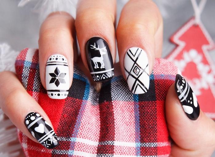 manucure de noel en noir et blanc, motifs géométrique, rudolphe le renne, étoile de noel, coeurs, petites lignes et pos