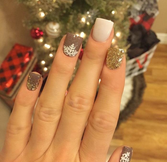 modele nail art, ongle blanc, ongle doré et marron avec strass et sticker flacon de neige blanc, arbre de noel artificiel