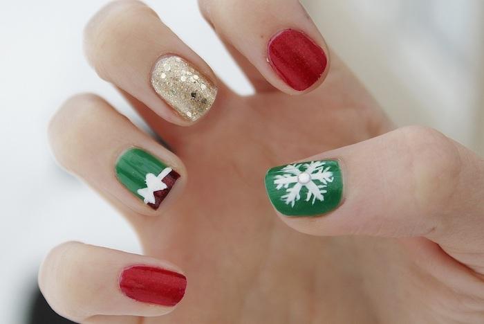nail art facile pour noel, vernis à ongles vert, rouge et doré, motif noeud blanc et flacon de neige blanc