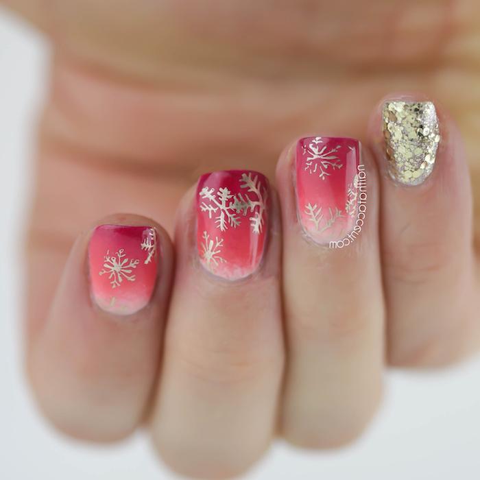 modele nail art à vernis paillettes, rose et rouge avec dessins de flacons de neige dorées, mains femme