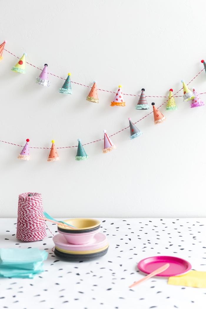 guirlande magic, décoration de fête à fabriquer soi-même avec papier et fil, guirlande diy en figurines multicolore de papier