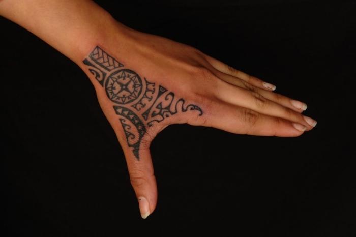signification tatouage, modèle de tattoo pour femme à design ethnique avec motifs boussole