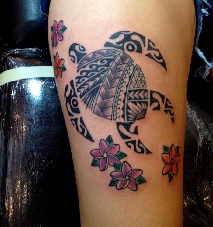 signification tatouage, dessin en couleurs sur la peau, tatouage à design tortue de mer et petites fleurs