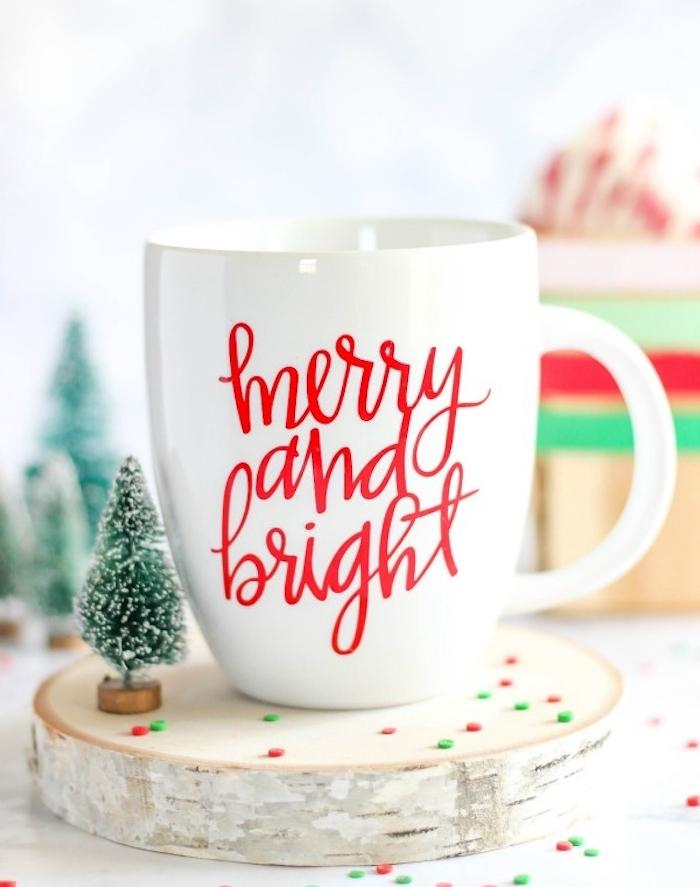 cadeau noel maman, mug personnalisé à écriture rouge sur une tasse à thé, rondelle en bois et petite figurine de sapin de noel vert