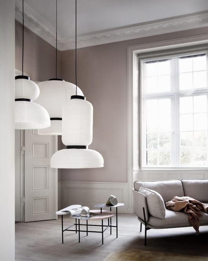 peinture taupe claire dans un salon gris et blanc, suspensions blanches, canapé gris, tables d appoint minimalistes, parquet marron