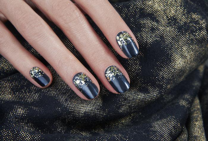 nail art faicle pour noel, vernis à ongles noir avec décoration de paillettees en feille dorée, decoration simple