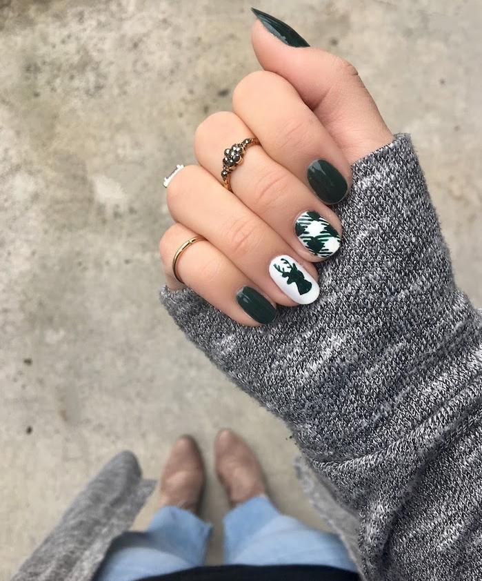 deco ongles noel en vert olive fonc;e et blanc, motif carré et rudolphe le renne, bijoux main, veste grise