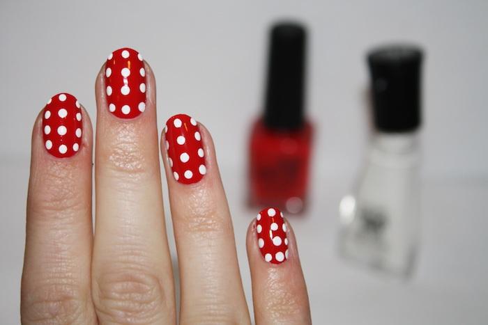 nail art rouge avec des pois blancs faits à dotting tool, modele de manucure facile a realiser soi meme