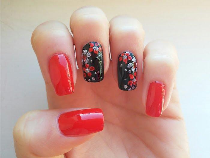 nail art rouge et noir, dessin de motif etoile de noel rouge et argenté, decoration ongles a faire soi meme