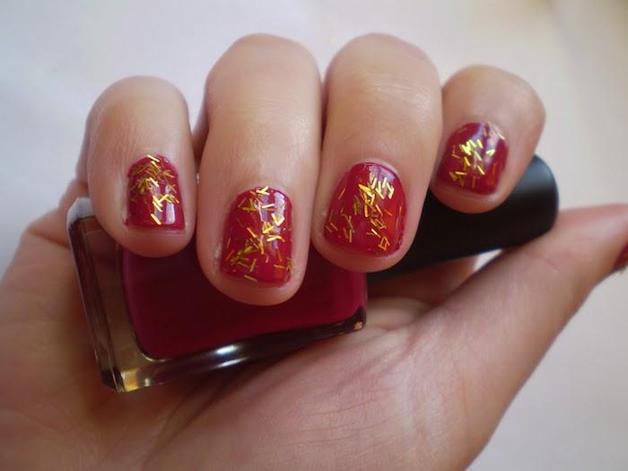 nail art rouge simple embelli par des paillettes dorées, idée comment décorer ses ongles pour noel