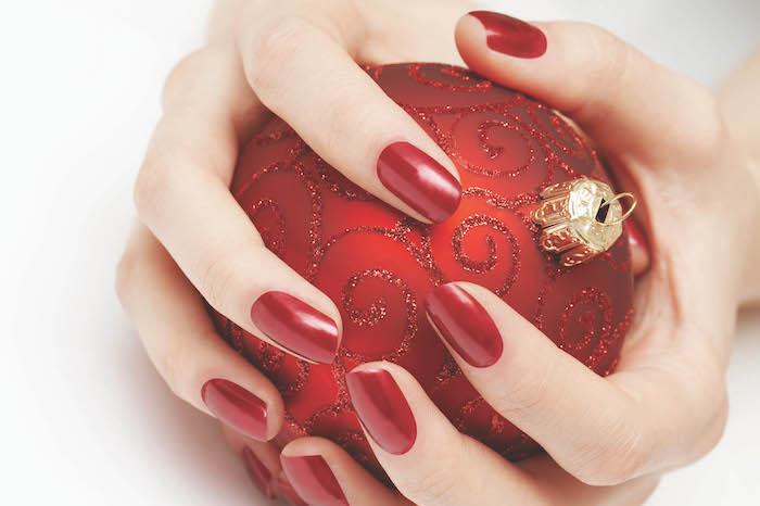exemple de nail art rouge pour noel simple et esthétique, boule de noel rouge à effet pailleté intéressant
