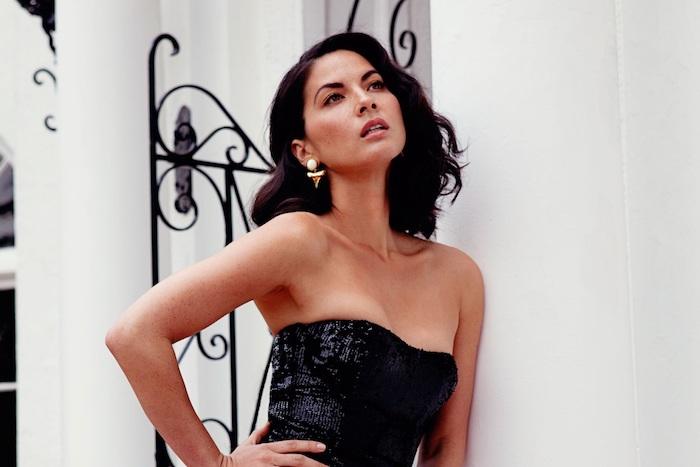 carré plongeant visage rond avec des boucles fines et mèche sur le côté pour un look vintage, robe noire