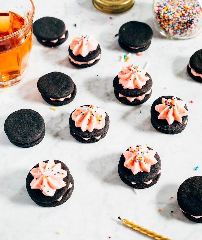 des biscuits oreo fait maison avec glacage au beurre rose et décoration de petites billes colorées, comment faire un glaçage
