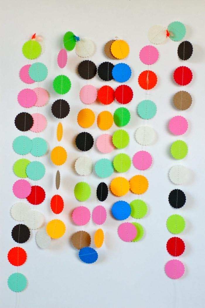 loisir creatif, modèle de guirlande décorative fait main de cercles en papier coloré