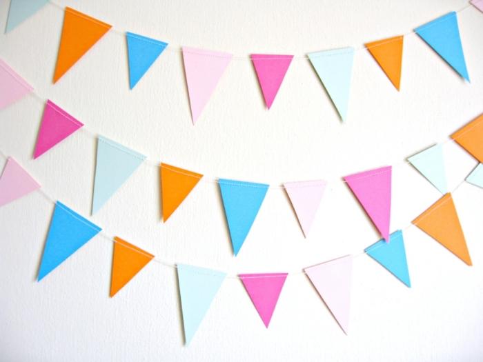art du papier, modèle de guirlande diy en triangles fabriqué de papier coloré et fil blanc