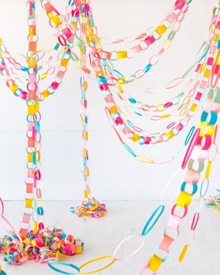 loisir creatif, modèle de guirlande facile de papier en couleurs, décoration de fête à fabriquer soi-même
