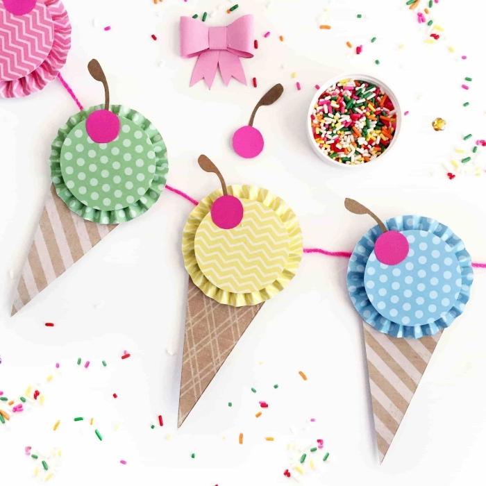 art du papier, guirlande décorative de papier en forme de crème glacée aux motifs géométriques et fil rose