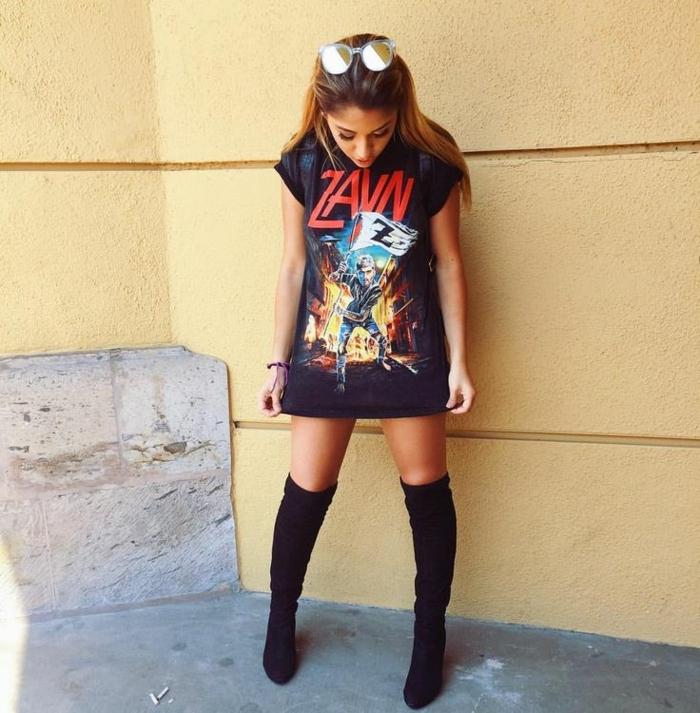 outfit swag femme, t-shirt long et bottes longues, femme sexy habillée à la façon grunge