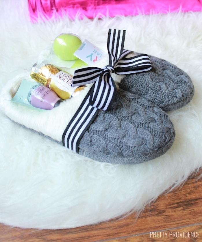 pantoufles moelleux rempli de produits de beauté et gourmandises sur un tapis blanc, idée cadeau noel femme