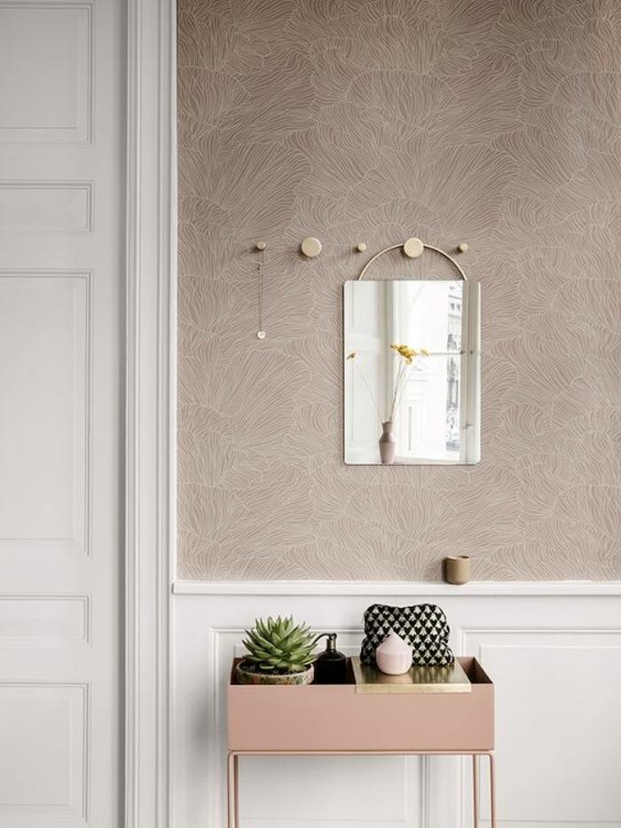 comment decorer un couloir quelle couleur pour un couloir, papier peint en rose poudré, petite table rose, porte blanche, patères en forme ronde en métal