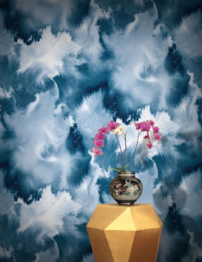 papier peint trompe l'oeil, table d'entrée en forme géométrique couleur or, vase en style chinois avec des dragons, effets abstraits nuages et ciel, nuances du bleu et du blanc qui s'entremêlent