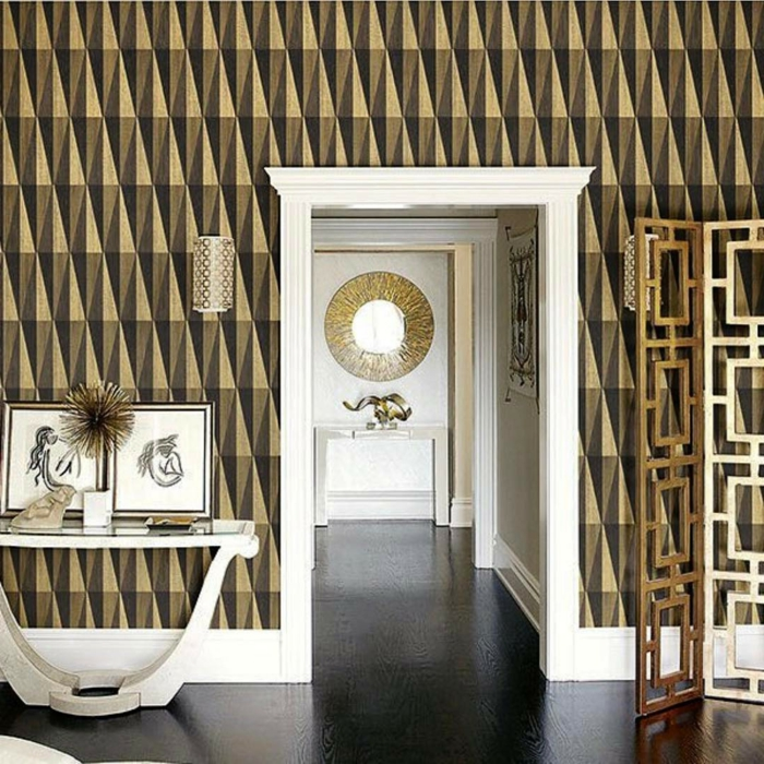 papier peint geometrique papier peint trompe l'oeil, entrée en style arty, cadre de porte en blanc, table d'entrée en bois peint en blanc, applique en métal couleur bronze avec effet ajouré