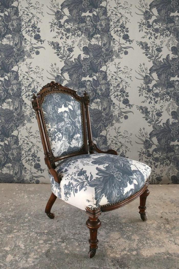 papier peint trompe l'oeil, papier peint liberty, avec des motifs floraux en bleu cobalt et blanc, avec une chaise style Louis XIV