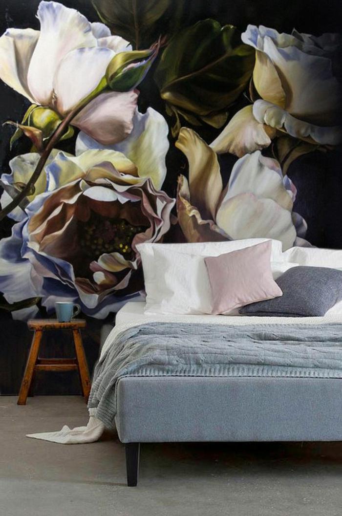 papier peint liberty avec des grandes roses en couleurs pastels, un grand lit matrimonial en gris, avec des coussins en gris clair et en rose pastel