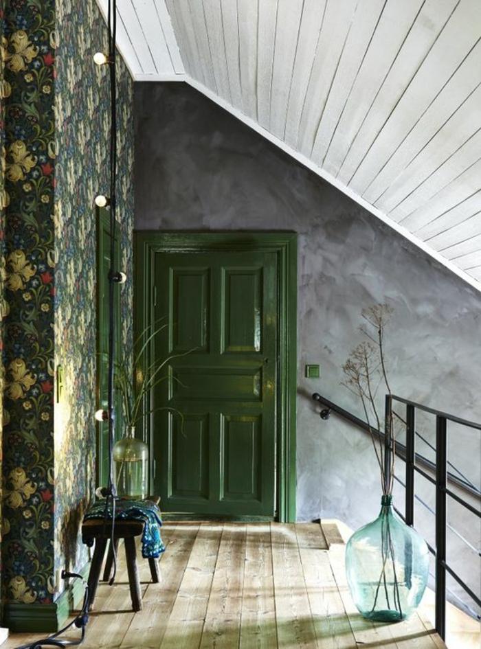 Papier peint liberty style vintage avec des grandes fleurs sur un mur - Papier peint salon gris ...