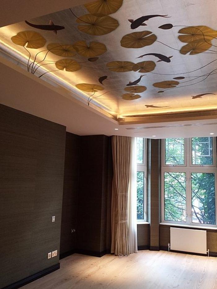papier peint liberty avec des motifs fleurs dans un lac et des poissons qui nagent, papier peint posé sur le plafond, lumière discrète, parquet clair en PVC, murs revêtus en bois PVC couleur taupe