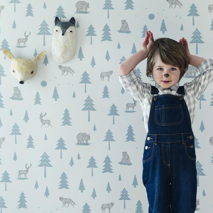 poster geant papier peint trompe l'oeil avec des motifs sapins, forêt, animaux de la forêt, ours, cerf, loup, deux tètes d'animaux en papier mâche sur le mur