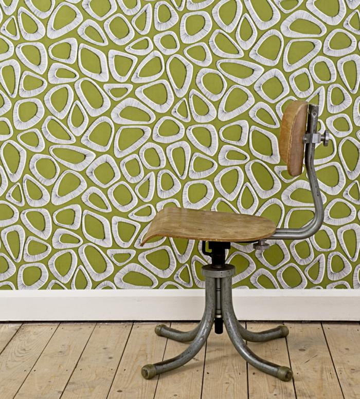papier peint trompe l'oeil en vert réséda et blanc, papier peint geometrique, parquet rude en beige, chaise en style industrie;l avec des pieds en métal couleur argent, dossier en bois clair