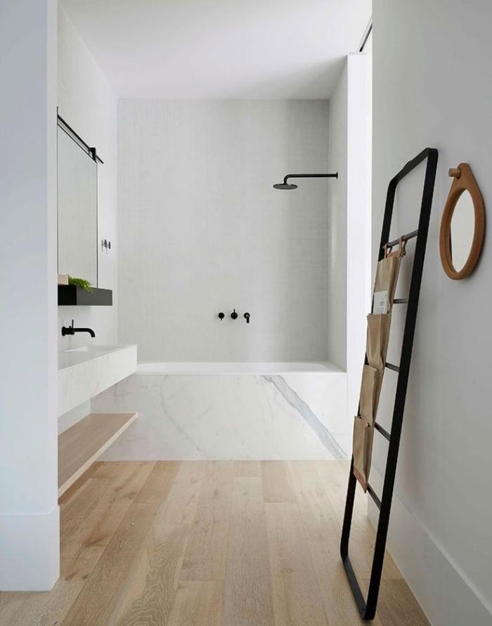 meuble sous vasque salle de bain, déco avec murs blancs et plancher en bois clair, baignoire rectangulaire à design marbre