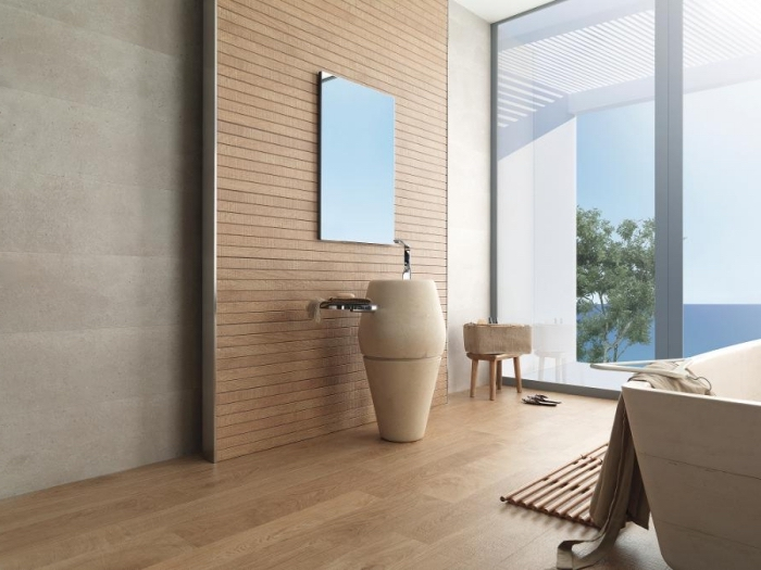 stratifié salle de bain, déco de salle de bain avec meubles en bois, plancher en bois et plafond blanc avec fenêtre surdimensionnée